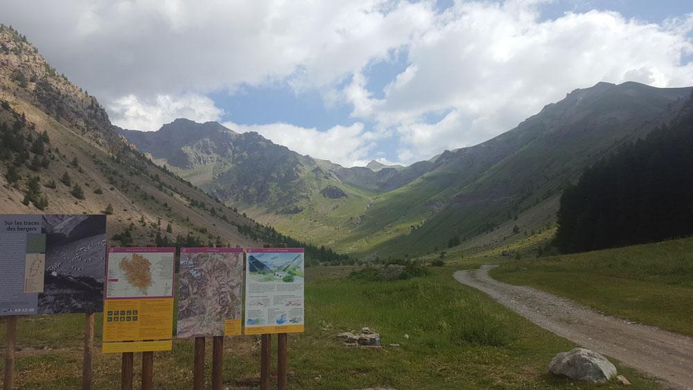 Panneau de départ de la randonnée du lac de l'Eychada dans les Hautes-Alpes