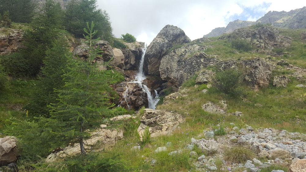 petite cascade randonnée du lac de l'Eychada dans les Hautes-Alpes