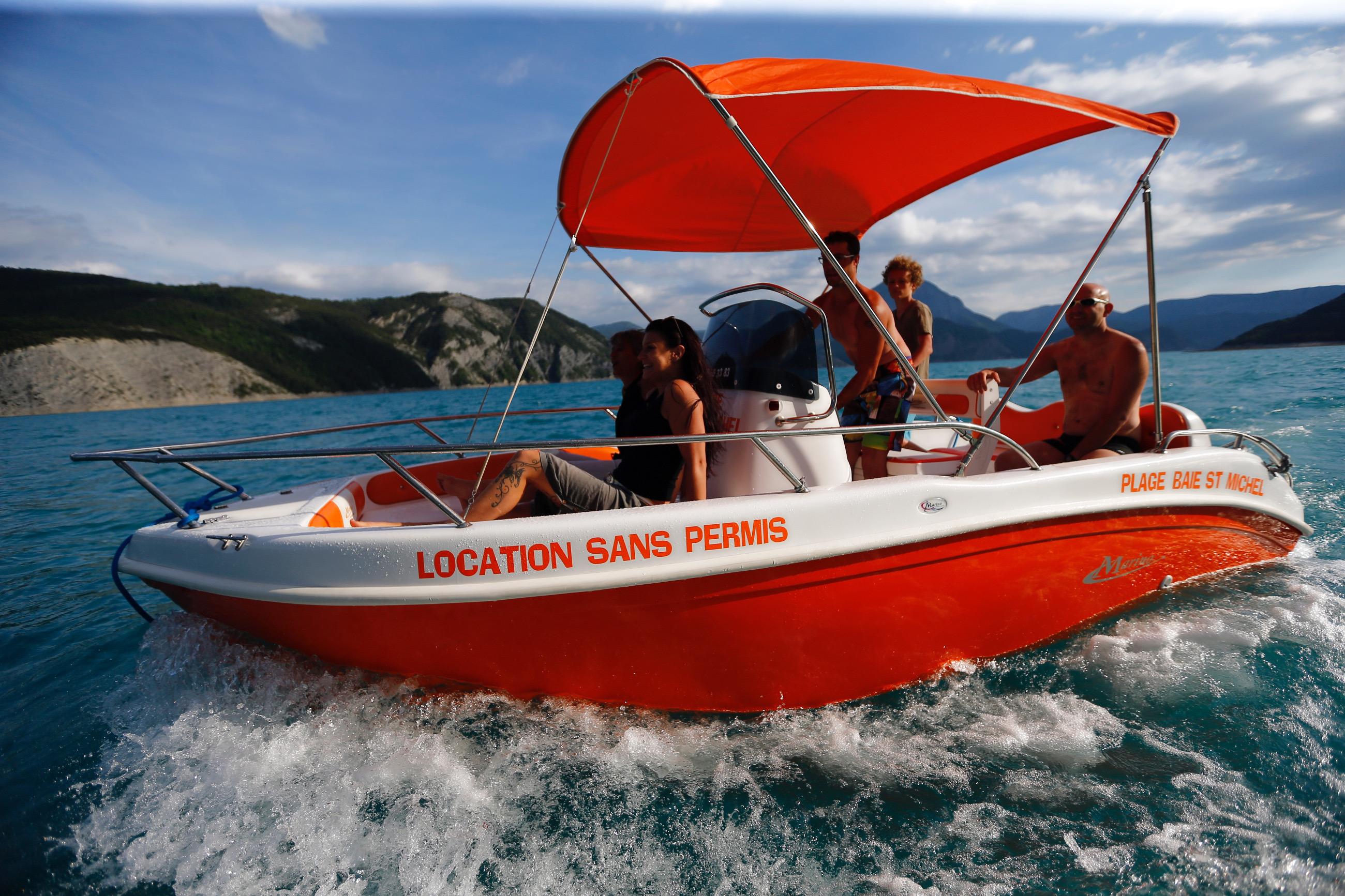 Location bateau sans permis 7 personnes lac de Serre-Ponçon
