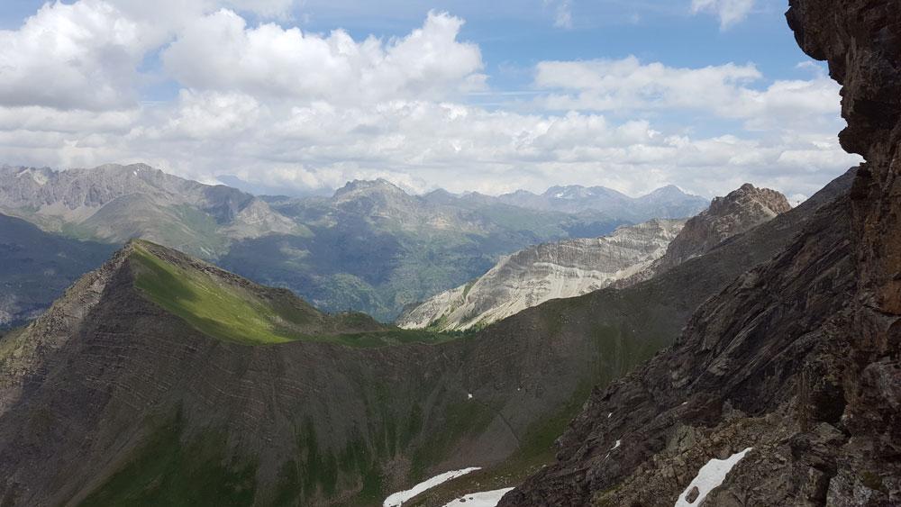 vue sur Serre-Chevalier randonnée du lac de l'Eychada dans les Hautes-Alpes